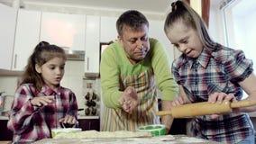 Отец показывает его 2 дочерям как разворачивание тесто Одна из дочерей имеет Синдром Дауна видеоматериал