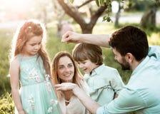 Отец показывает его семье гусеницу стоковое изображение rf