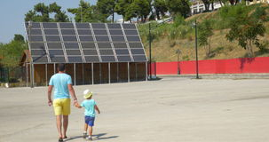 Отец показывая панели солнечных батарей сына сток-видео