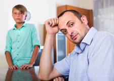 Отец после спорит с сын-подростком стоковое изображение rf