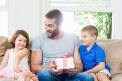 Отец получая подарок от его детей Стоковое Фото