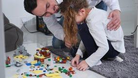 Отец при дочь играя с конструктором сток-видео