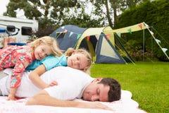 Отец при дети ослабляя на располагаясь лагерем празднике стоковые фото