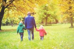 Отец при 2 дет идя в природу падения осени Стоковое Фото