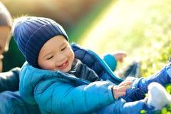 Отец при маленький сын играя outdoors Стоковые Изображения