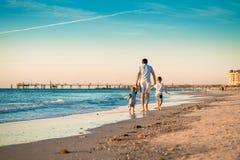 Отец при 2 сыновь идя на пляж стоковые изображения rf