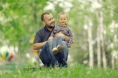 Отец путешествует с дочерью Стоковые Изображения RF