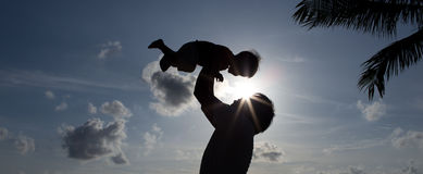 Отец силуэта с сыном Стоковые Фотографии RF