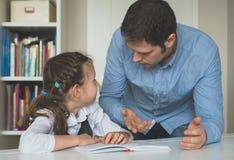 Отец спорит с его дочерью стоковая фотография rf