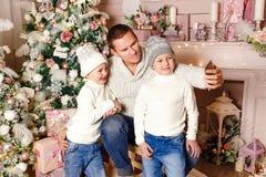 Отец с 2 детьми делает selfi рождества стоковые фотографии rf