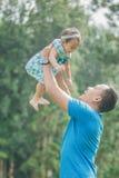 Отец с его младенцем в парке стоковая фотография