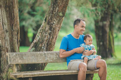 Отец с его младенцем в парке стоковые изображения rf