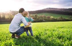 Отец с его природой снаружи сына малыша весной скопируйте космос Стоковая Фотография RF