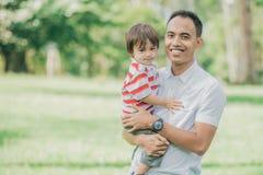 Отец с его ребёнком в парке стоковая фотография