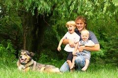 Отец с детьми и собакой снаружи Стоковое фото RF