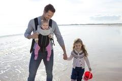 Отец с дет на пляже Стоковая Фотография RF