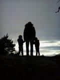 Отец с заходом солнца вахты детей Стоковые Изображения