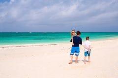 Отец с малышами на пляже Стоковые Изображения RF