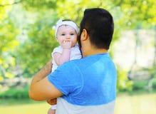 Отец с младенцем идет outdoors в лето Стоковые Изображения RF
