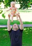 Отец с дочерью в парке Стоковые Изображения RF