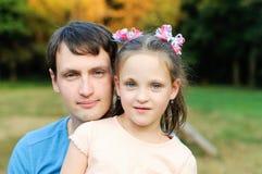 Отец с дочерью в парке Стоковые Фотографии RF