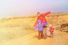 Отец с перемещением детей на сценарной дороге Стоковые Изображения RF