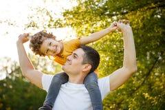 Отец с сыном в парке Стоковое Изображение