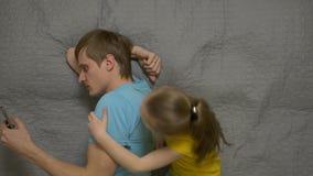 Отец с телефоном игнорирует дочь видеоматериал