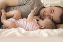Отец тратит время с дочерью младенца Стоковые Изображения RF
