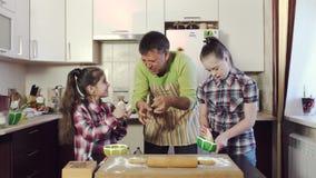 Отец учит как замешать и свернуть тесто с дочерьми сток-видео