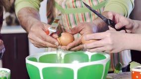 Отец учит, что дочери ломают точно крупный план яйца сток-видео