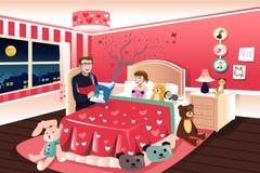 Отец читая сказку на ночь к его дочери Стоковые Фотографии RF