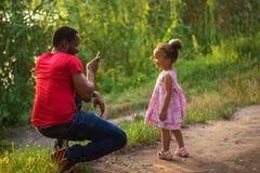 Отец чёрного африканца принимает фото его дочери стоковые изображения