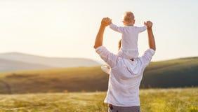 отец s дня Счастливый играть сына отца и малыша семьи и l Стоковые Фотографии RF
