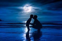 отец s дня Silhouette взгляд со стороны любящего ребенка целуя ее f Стоковые Изображения