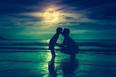 отец s дня Silhouette взгляд со стороны любящего ребенка целуя ее f Стоковая Фотография RF