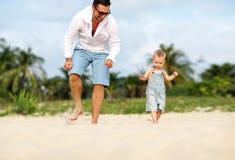 отец s дня Сын папы и младенца играя совместно outdoors на su стоковое фото rf