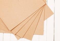 Отжатое бумажное на деревянной предпосылке Стоковые Фотографии RF