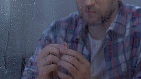 Отжатое мужское держа обручальное кольцо, отвергнуло предложение или развод, кризис видеоматериал