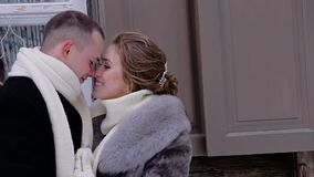Отжаты любовники одетые в теплых одеждах и взгляд на одине другого Они связывают и усмехаются Они жизнерадостны и в хорошем moo сток-видео
