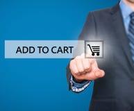 Отжимать бизнесмена добавляет к кнопке тележки на виртуальных экранах Стоковые Изображения RF