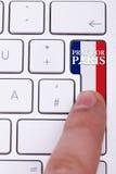 Отжимать молит для знака Парижа на ключе с флагом Франции Стоковая Фотография RF