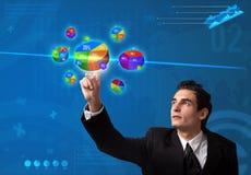 отжимать расстегая диаграммы кнопки бизнесмена Стоковое фото RF