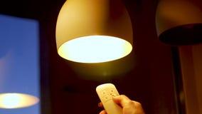 Отжимать руки дистанционное управление контролируя свет акции видеоматериалы