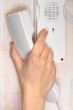 Отжимать руки кнопка на внутренной связи Стоковая Фотография RF