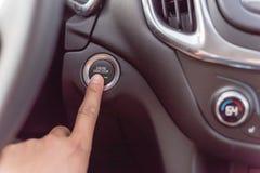 Отжимать руки кнопка стоп начала на keyless автомобиле стоковая фотография rf