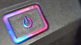 Отжимать силу кнопки Мужской палец отжимает кнопку силы компьютера closeup сток-видео