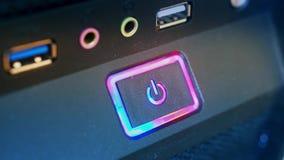Отжимать силу кнопки Мужской палец отжимает кнопку силы компьютера closeup акции видеоматериалы
