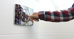 Отжимающ кнопку для прополощите воду сток-видео
