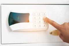 Отжимающ код защиты на кнопке номера для открывать сейф стоковое фото rf